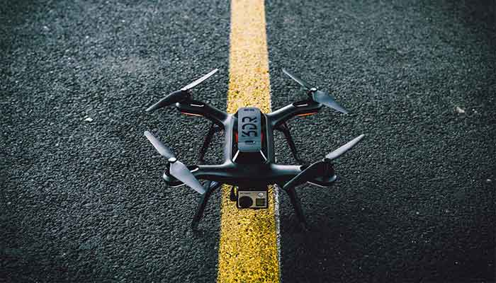 квадрокоптер 3DR-Solo на асфальте